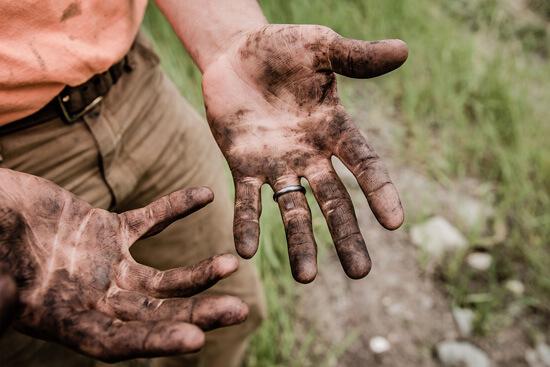 Erde Hand